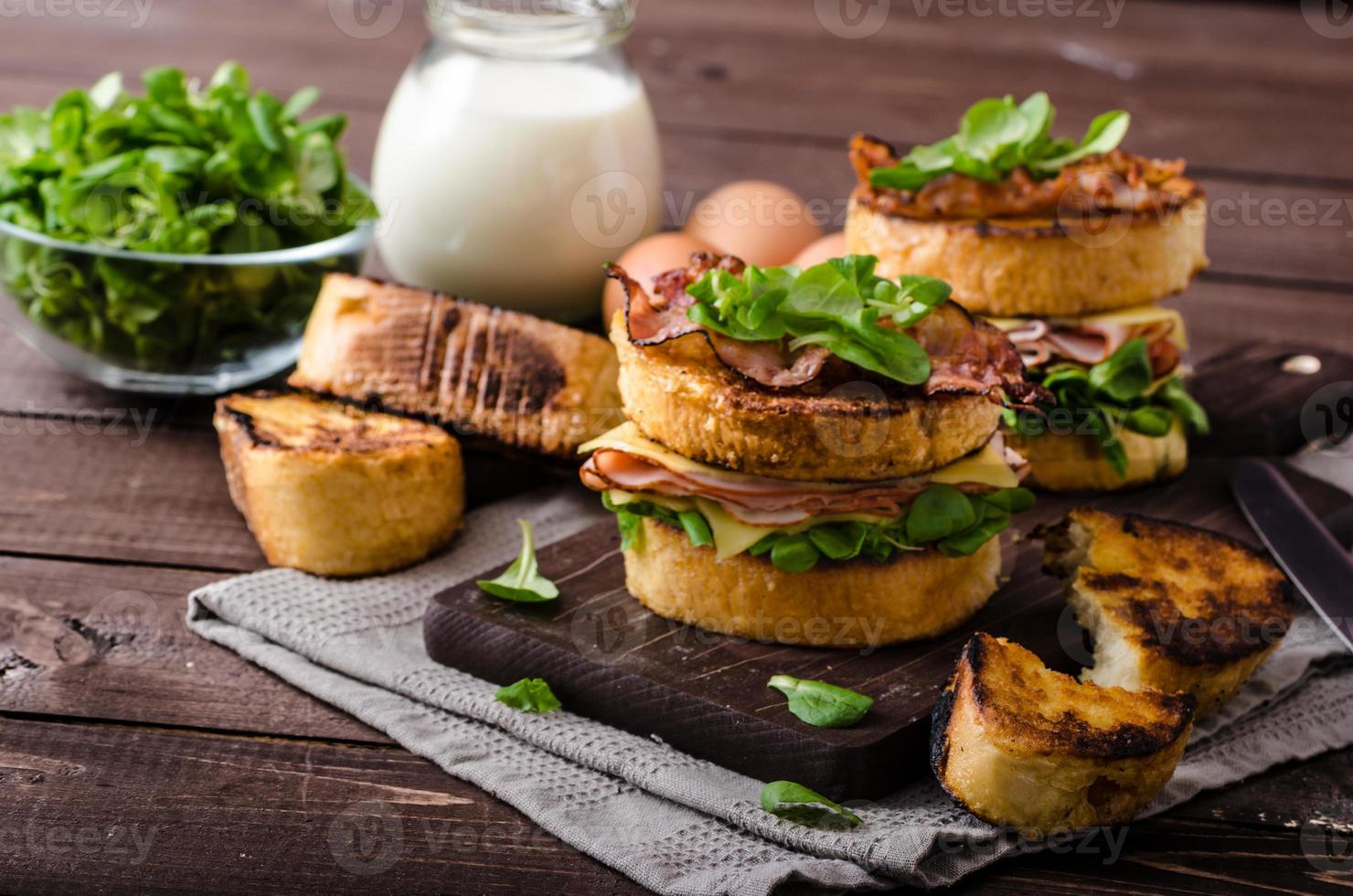 fransk rostat bröd med hemlagad skinka, gouda ost foto