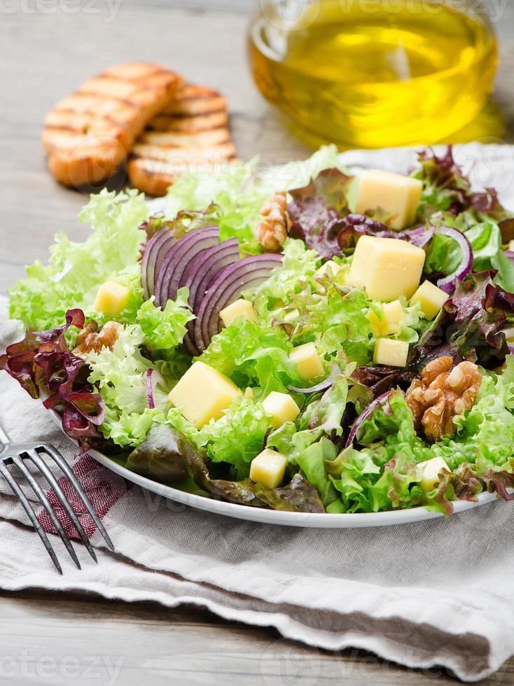 sallad med en valnöt och ost foto