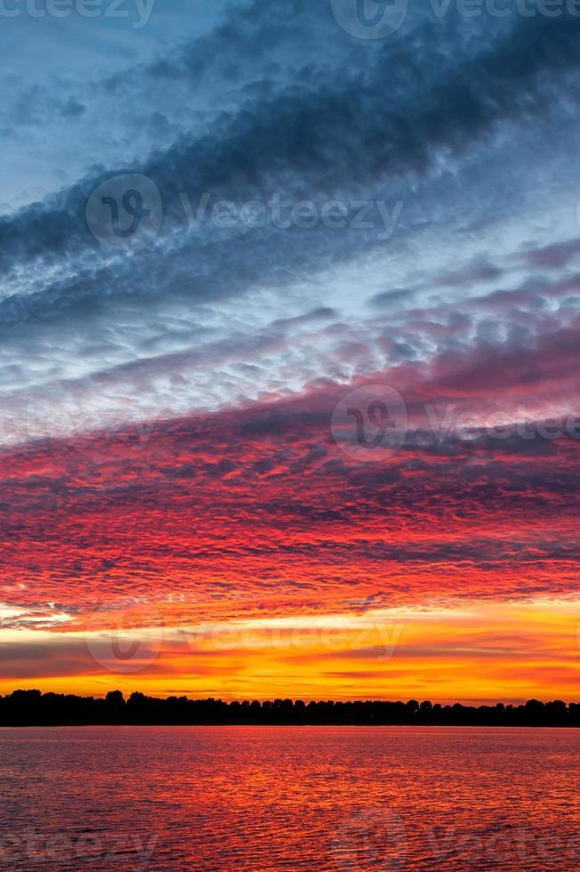 molnlandskap vid solnedgången foto