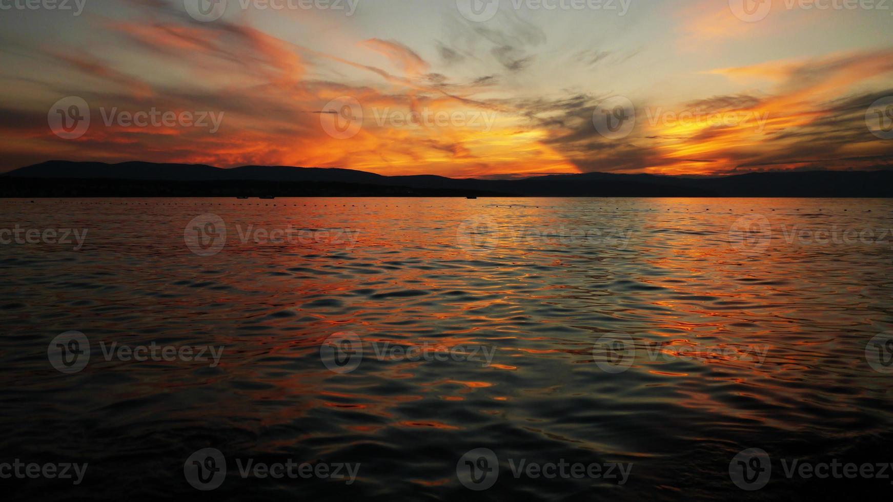 solnedgång ovanför havet foto