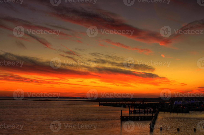lysande solnedgång över bryggor foto