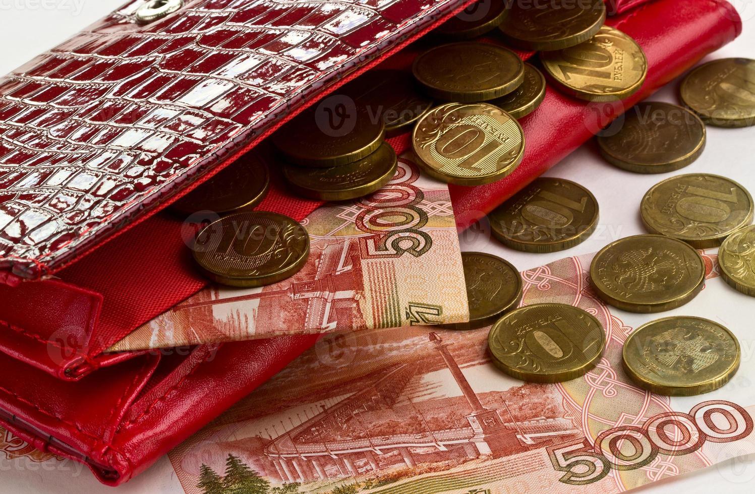pengar i en röd handväska foto