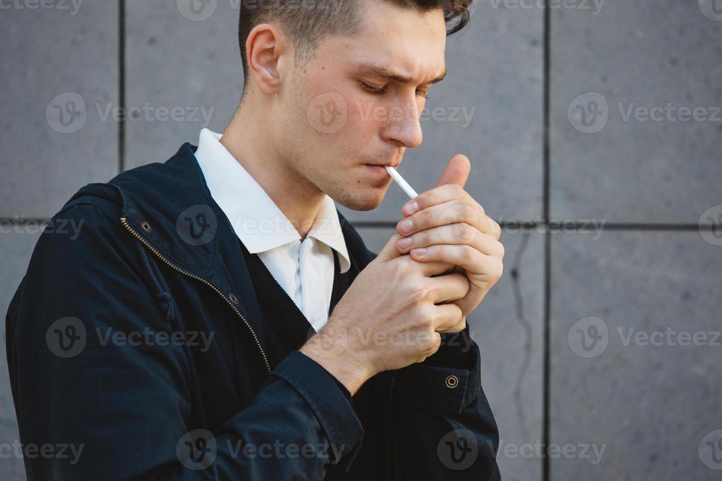 mode hipster manlig modell rökning foto