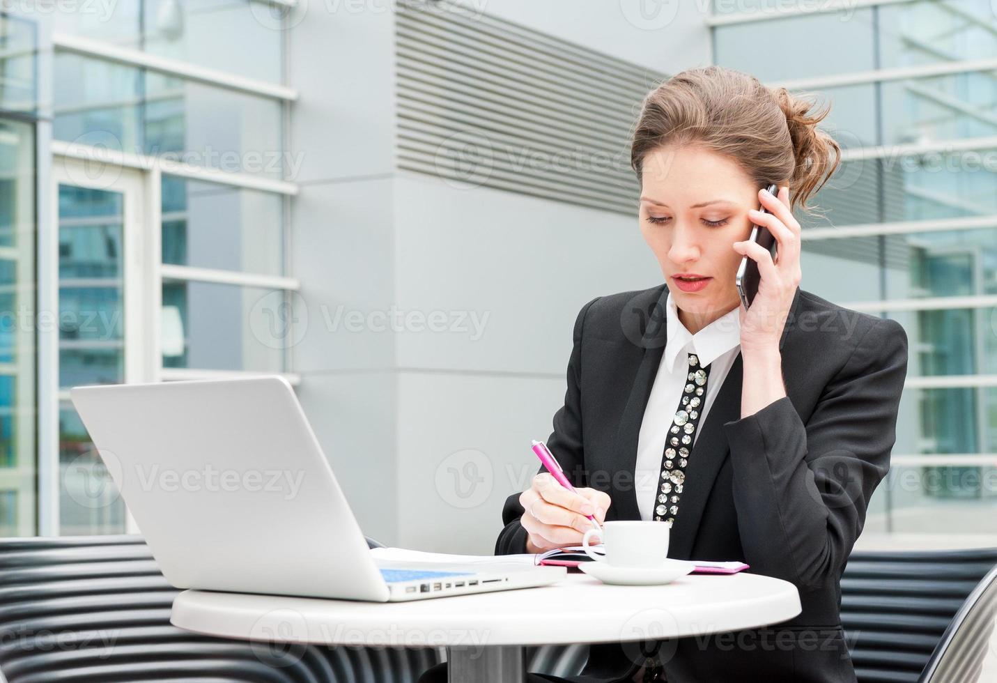 ung affärskvinna som arbetar foto