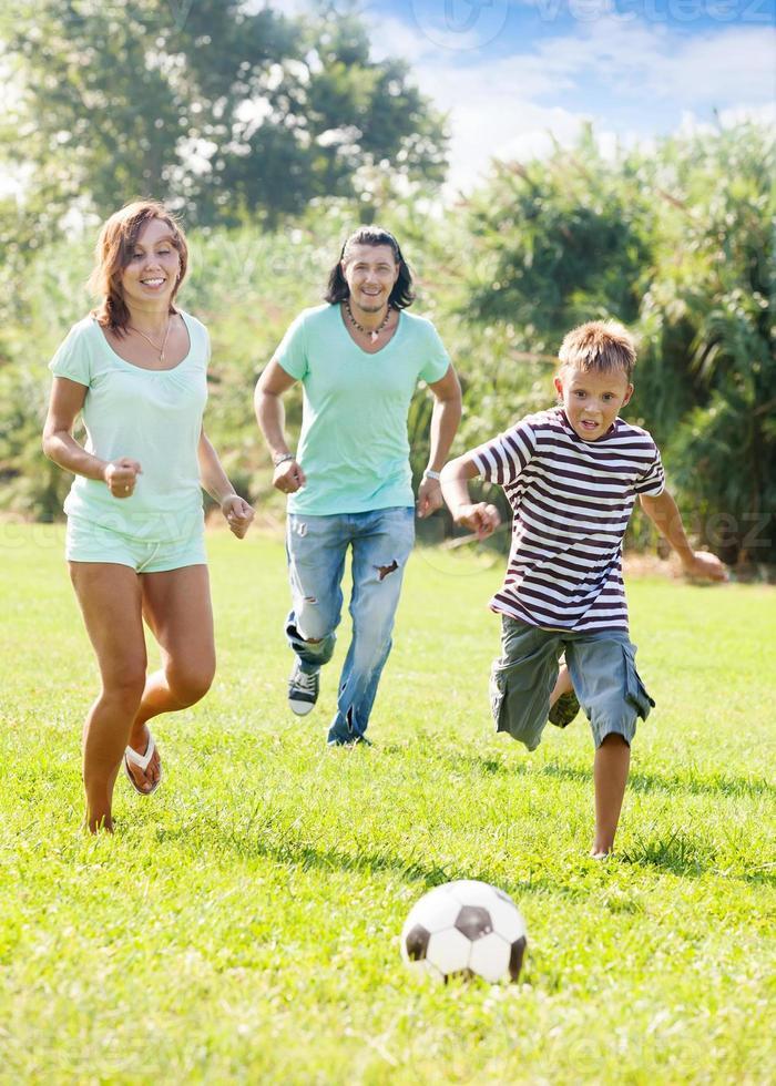 par och tonåring pojke som leker med fotboll foto