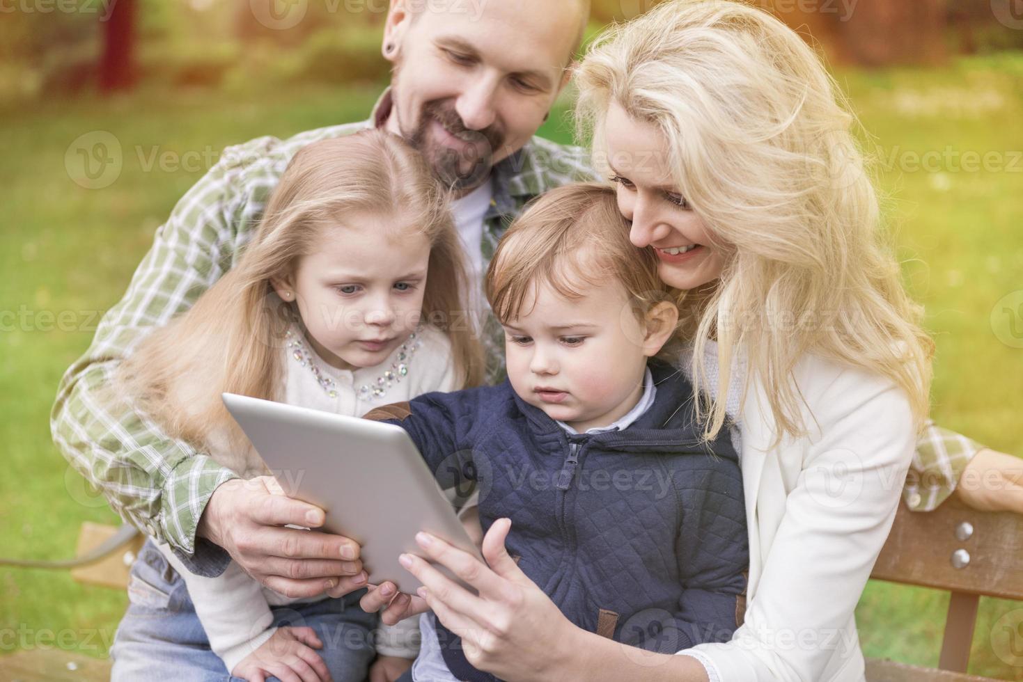 hela familjen njuter av gratis internet foto