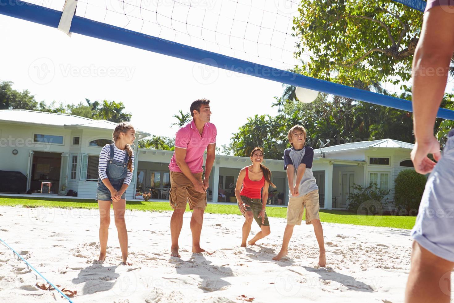 familj som spelar volleyboll i trädgården hemma foto