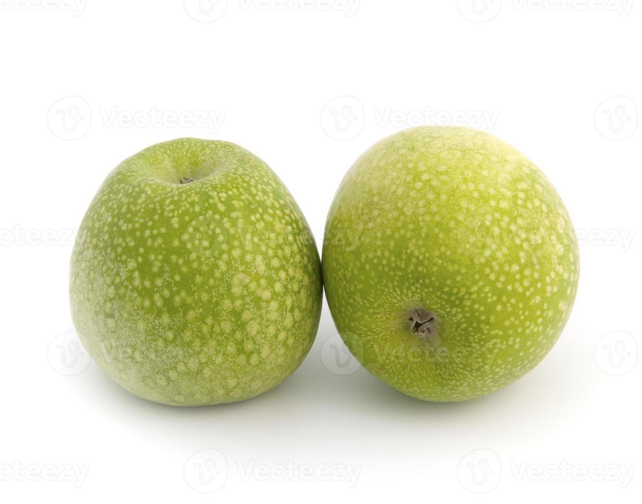 granny smith äpplen mot vit bakgrund. foto