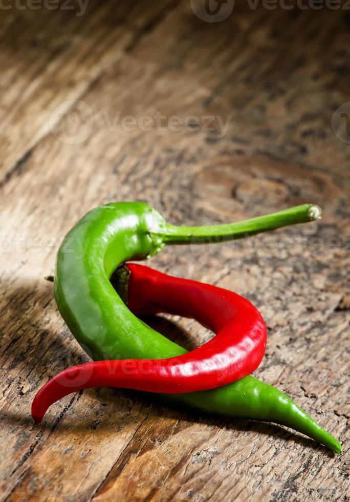 röda och gröna chilipeppar foto