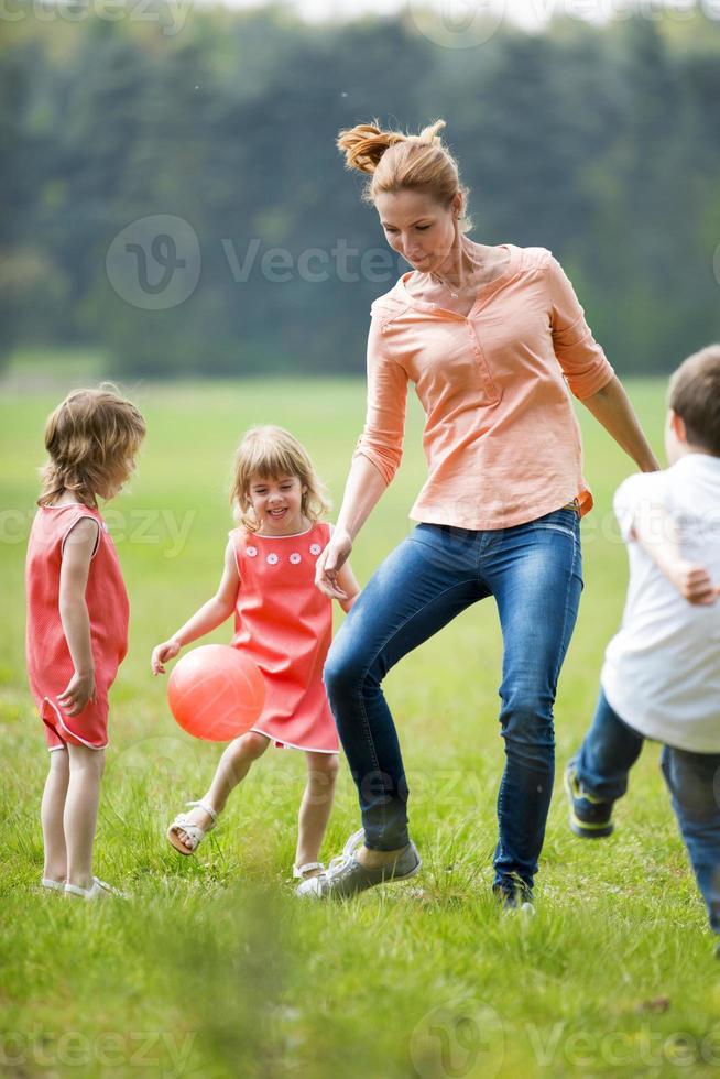 lycklig familj som spelar fotboll, utomhus foto