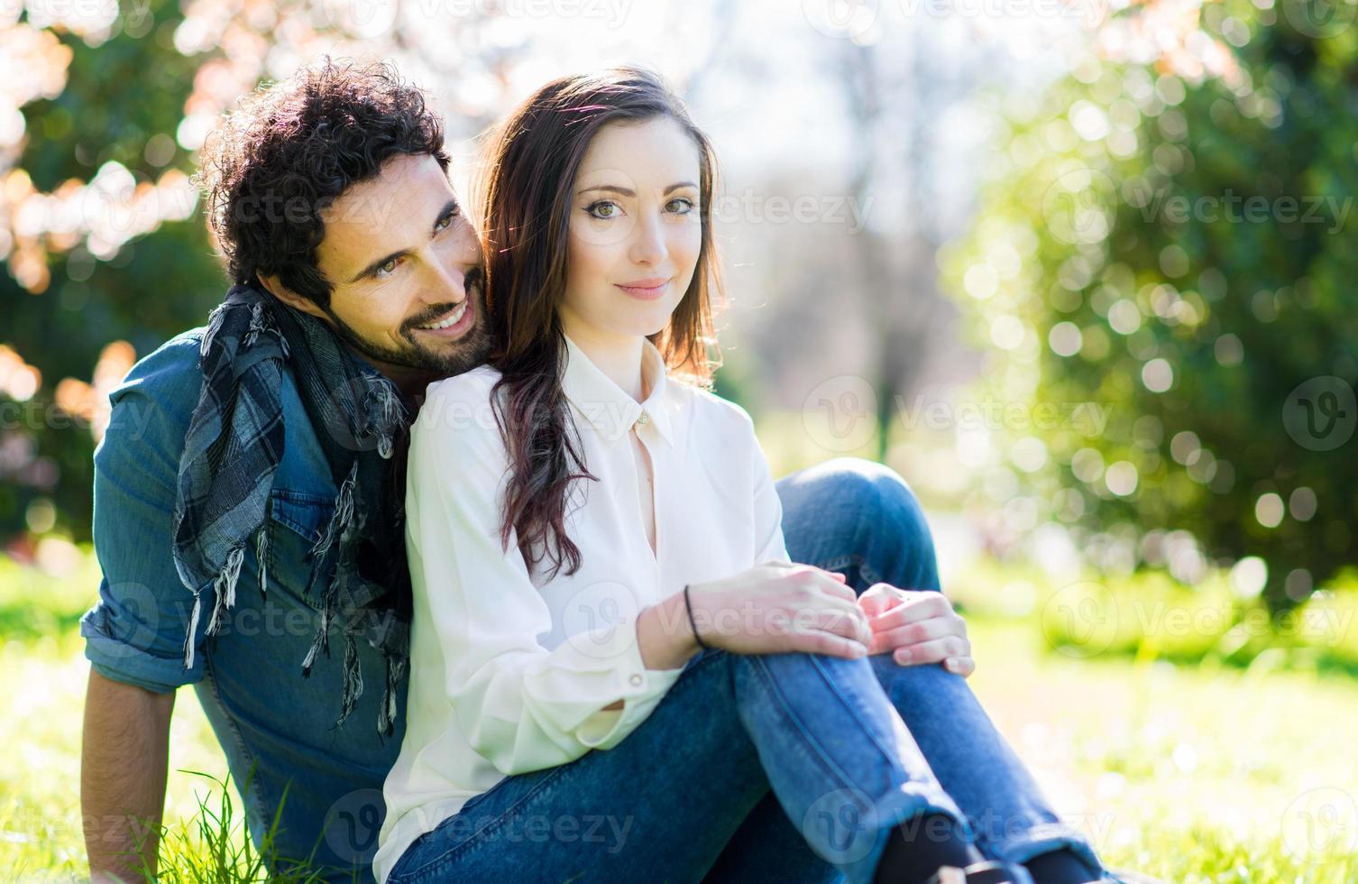 par som har kul utomhus foto