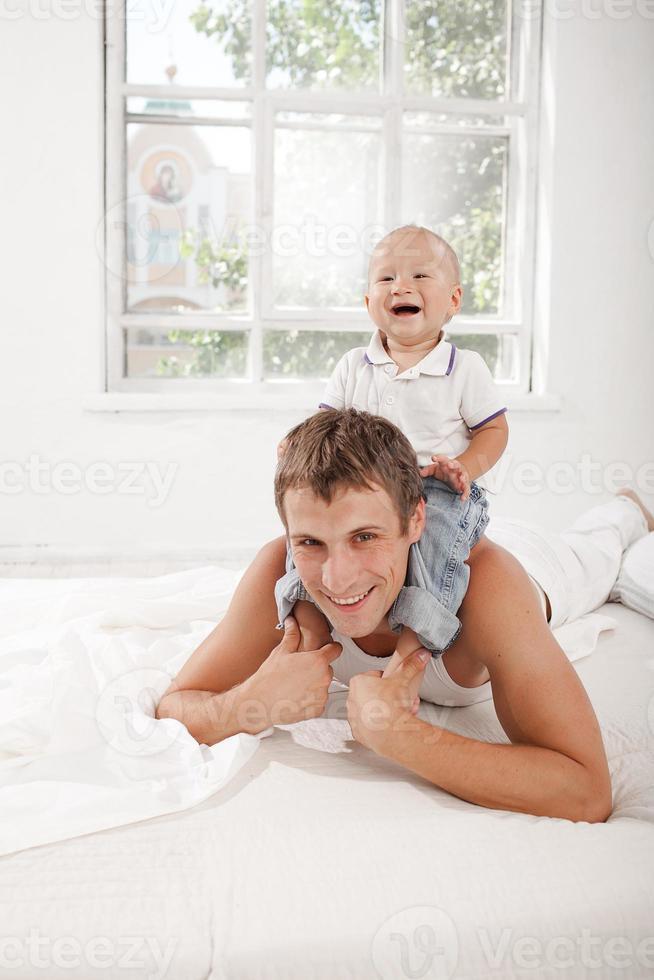 ung far med sin nio månader gamla son på foto