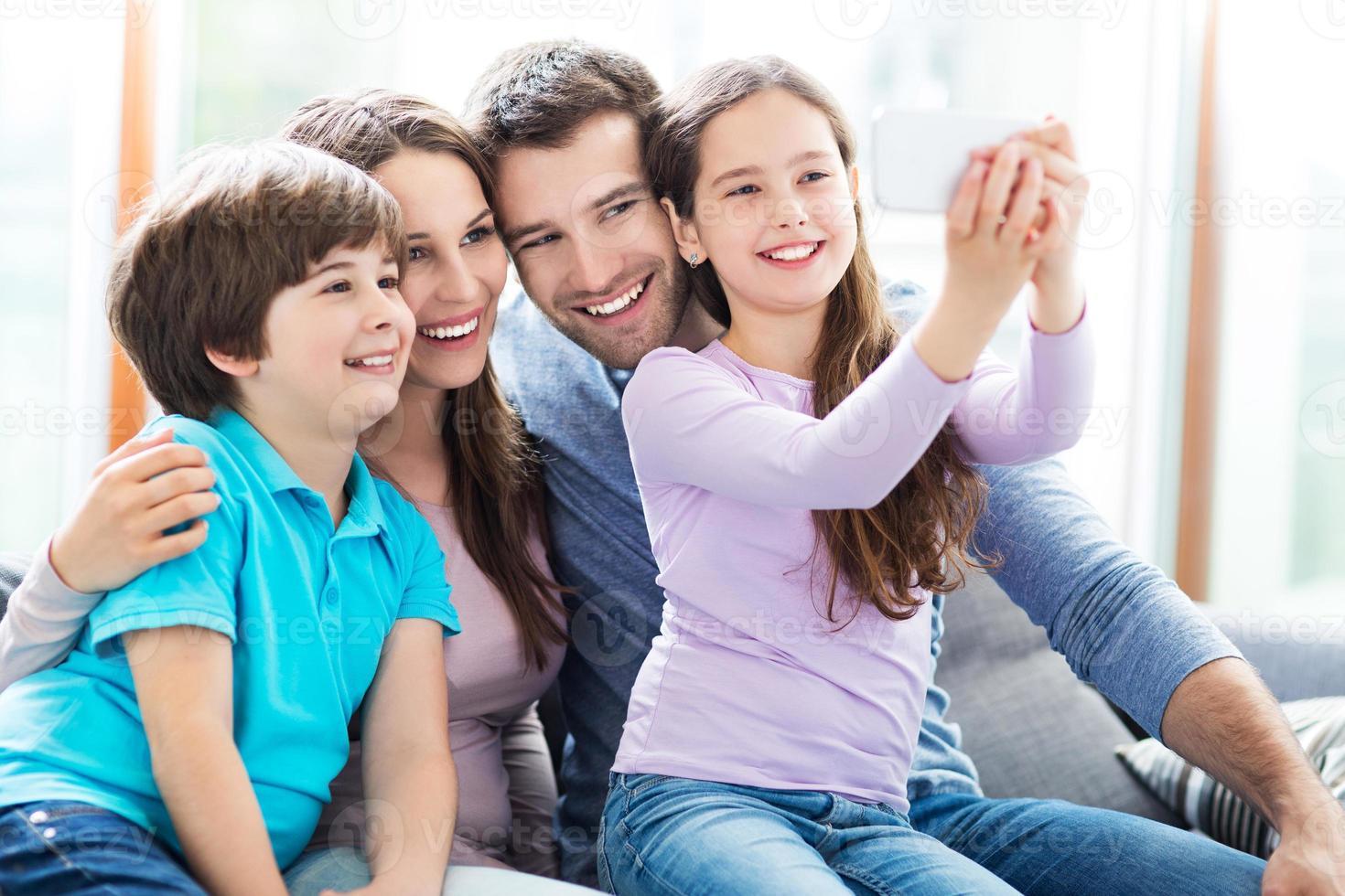 familjen tar foto av sig själva