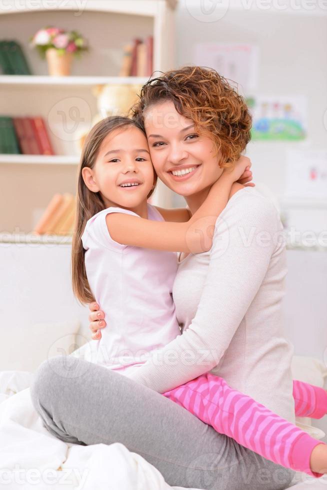 glad mamma och dotter som har kul foto