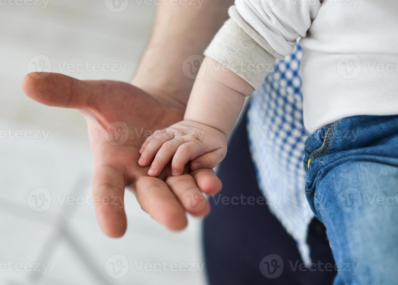 far som ger hand till ett barn foto