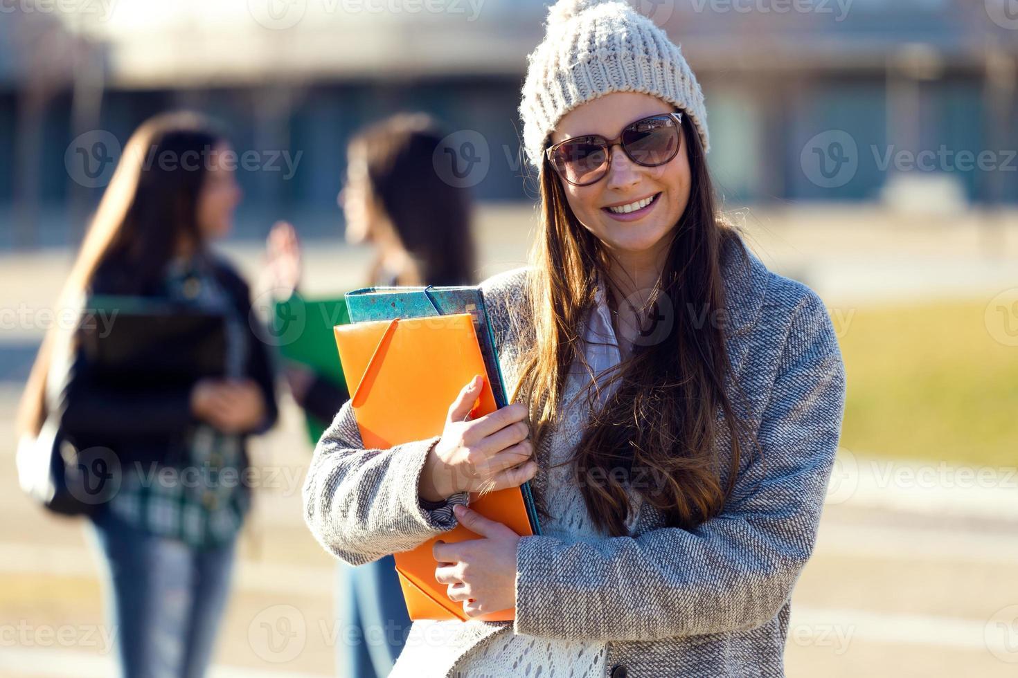 student tjej tittar på kameran på universitetets universitet. foto