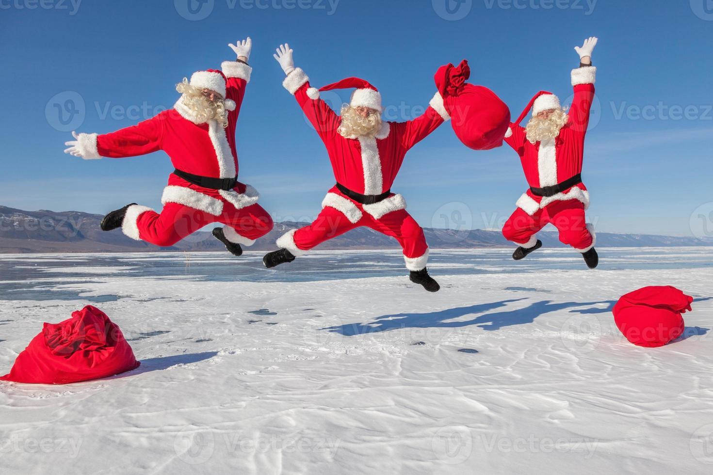tre hoppande jultomten utomhus foto