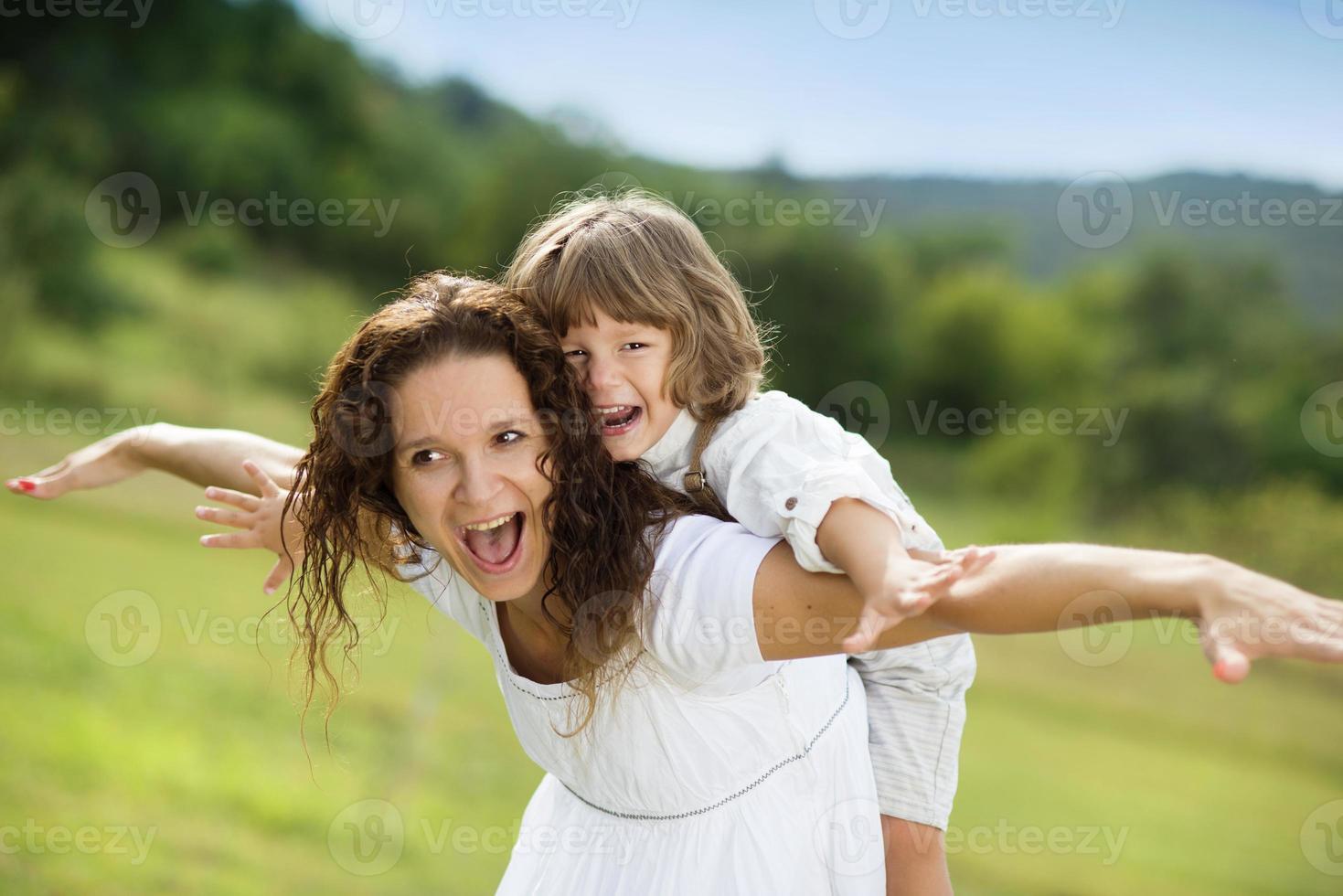 mamma och son spelar foto