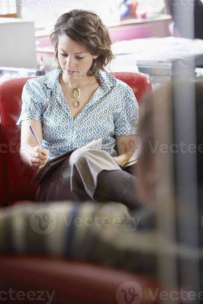 affärskvinna och man i möte foto