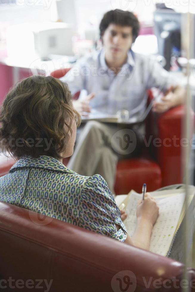 affärsman och kvinna i möte foto