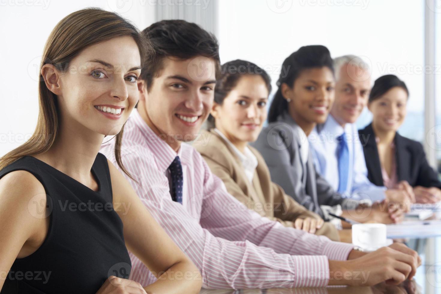 rad affärsmän som lyssnar på presentation som sitter vid glas foto