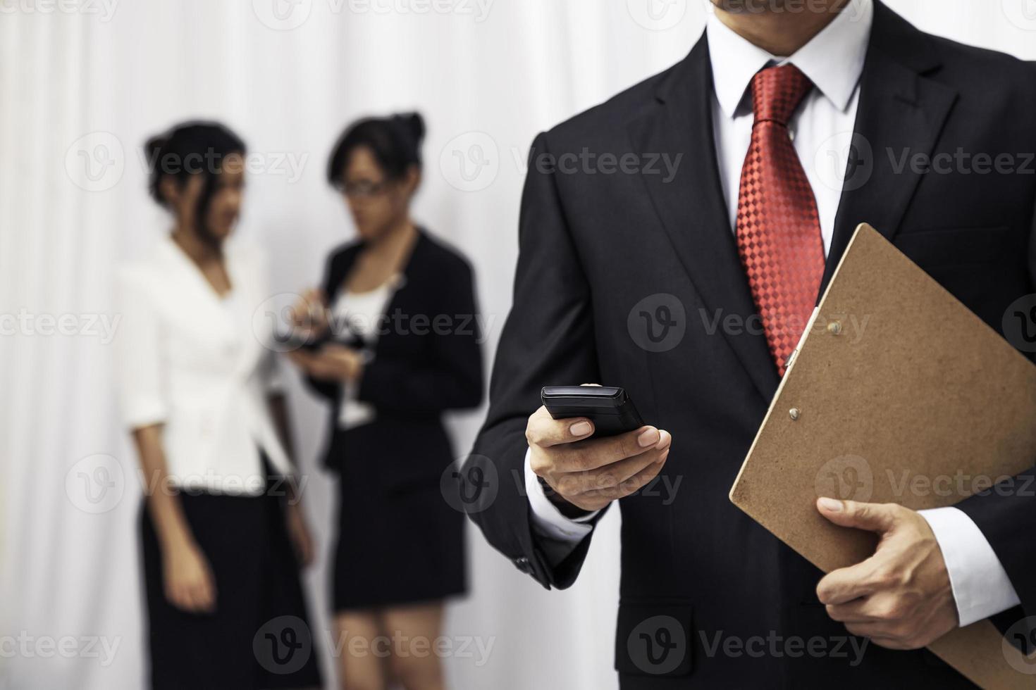 affärsman som använder sin mobiltelefon foto