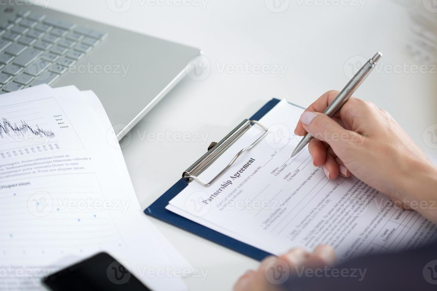 affärskvinna som fyller partnerskapsavtal foto
