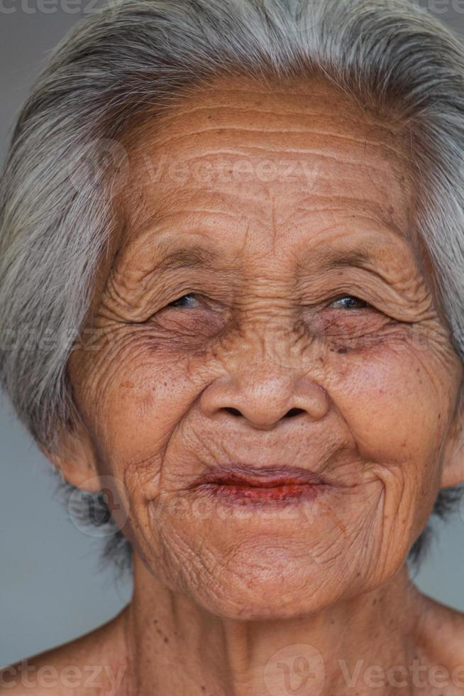 stående gammal asiatisk kvinna foto