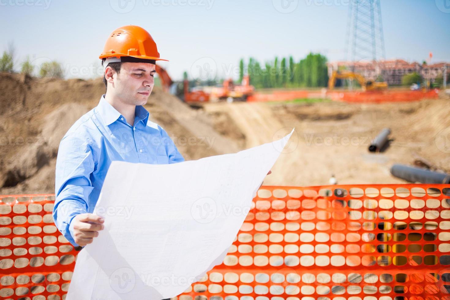 man på jobbet på en byggarbetsplats foto