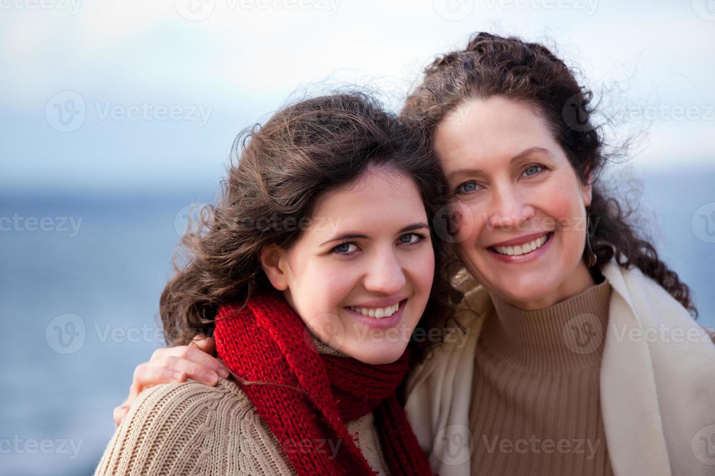 porträtt av le mamma och dotter vid havet foto