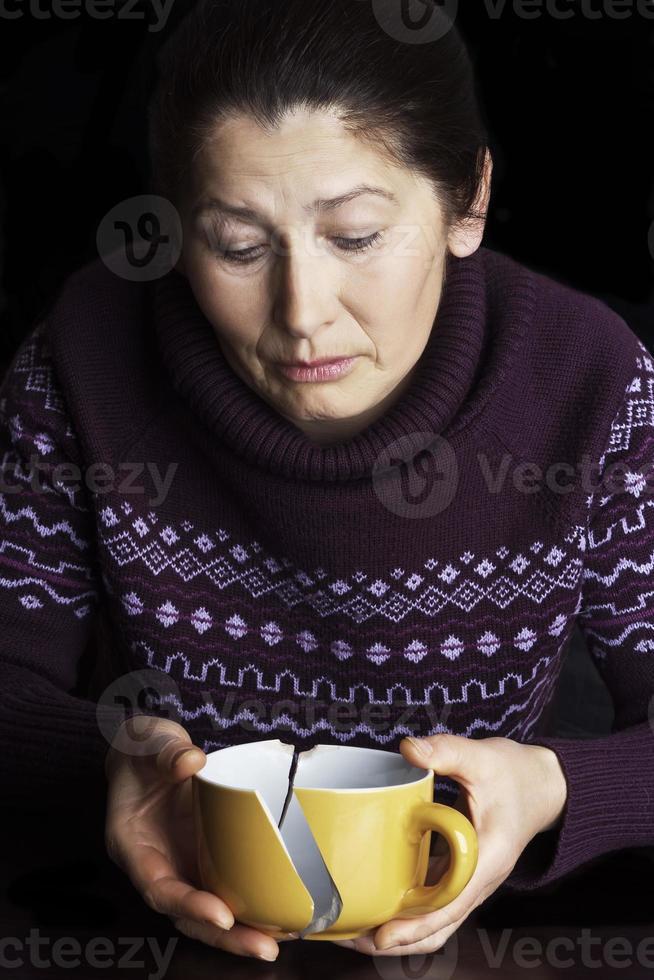 ledsen äldre kvinna foto