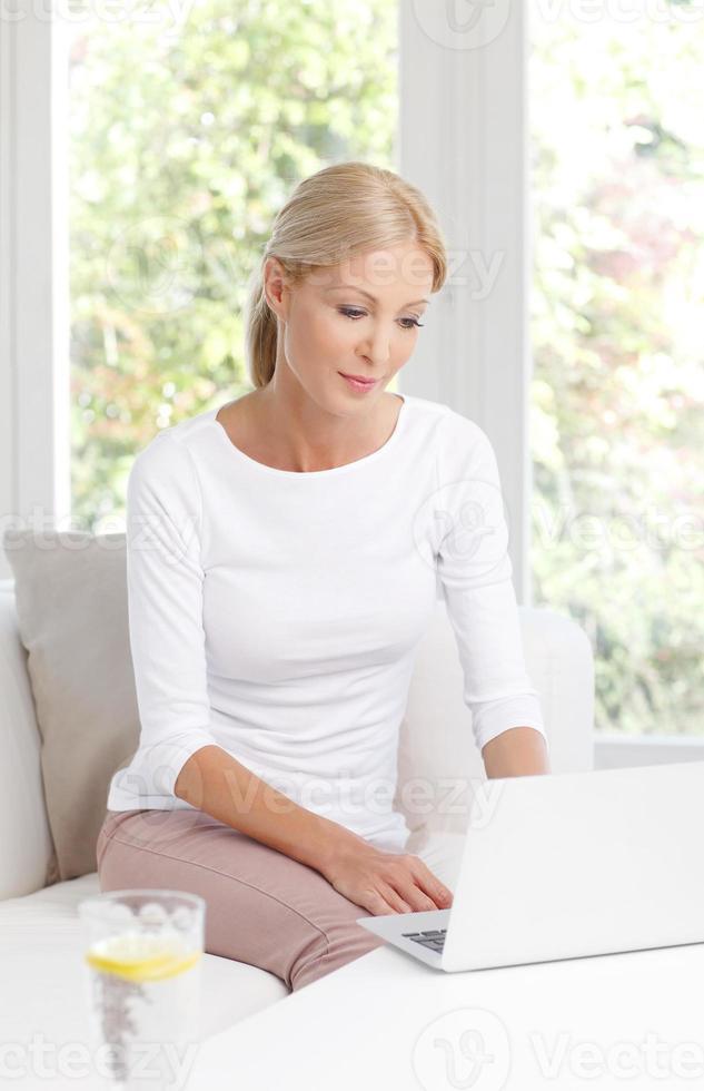 kvinna med bärbar dator foto