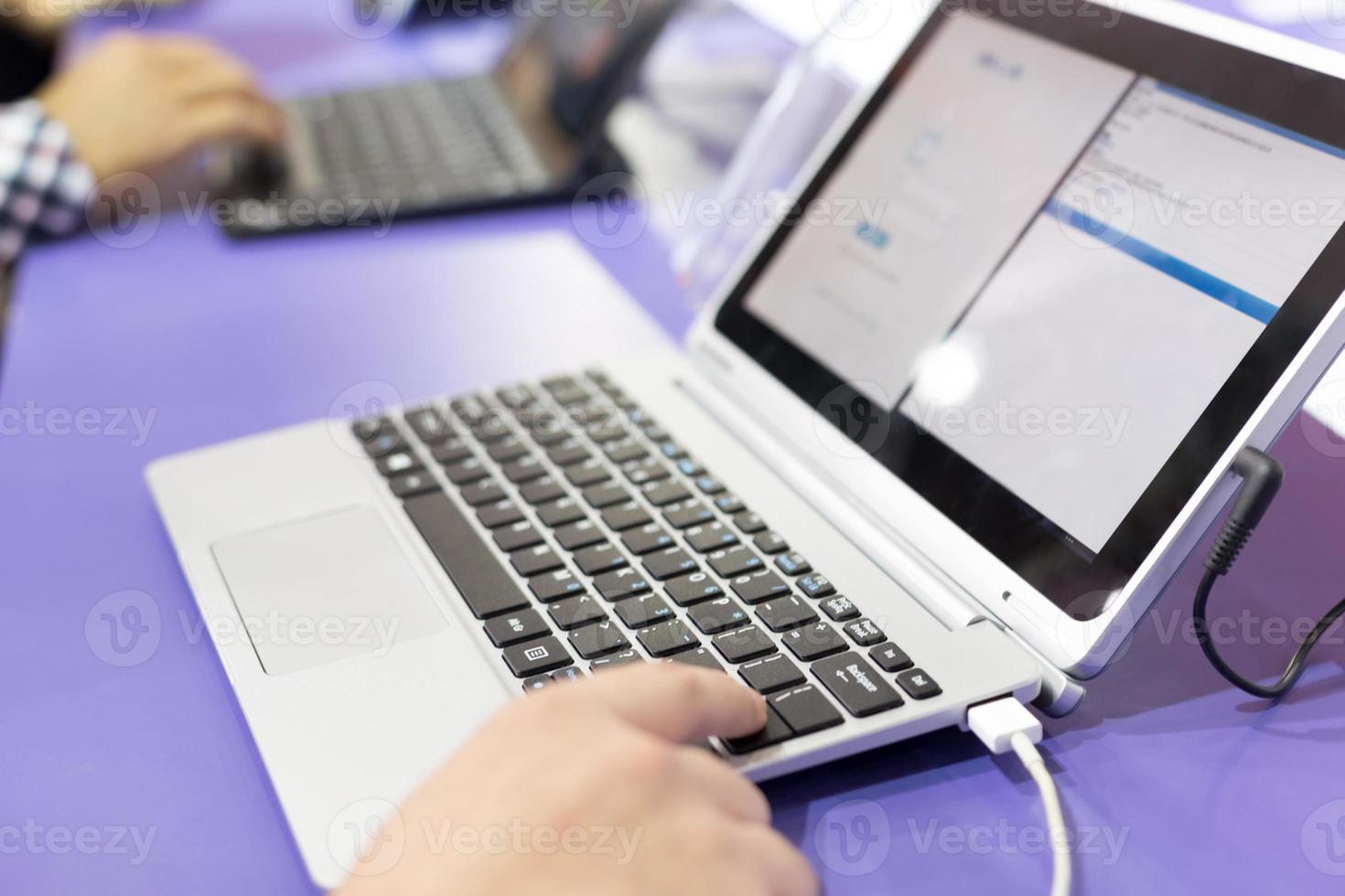modern bärbar dator på teknikutställning foto