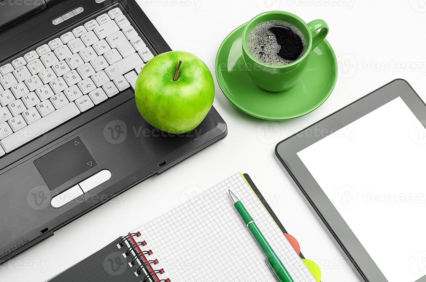 grönt äpple på arbetsplatsen foto