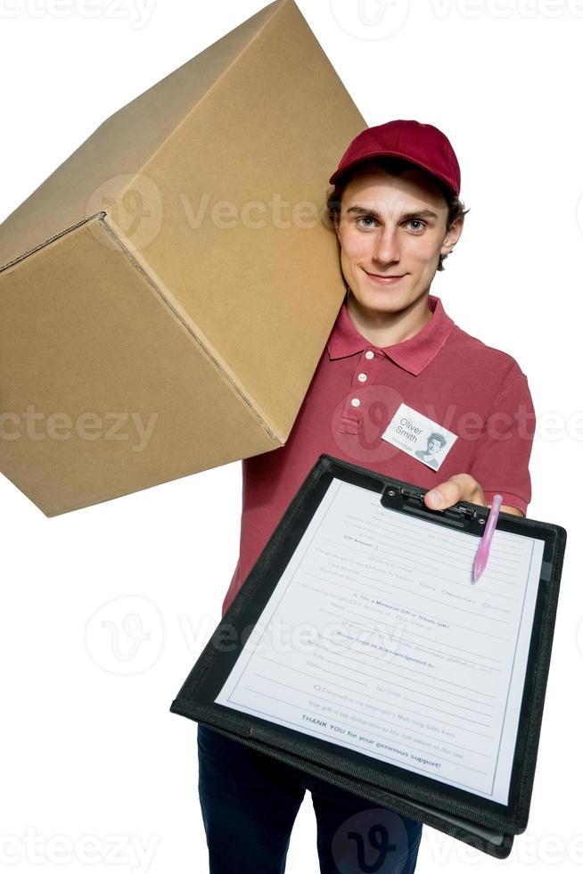 leende leveransman som innehar en papperslåda foto