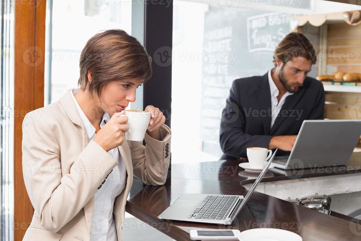 vacker affärskvinna som arbetar på hennes paus foto