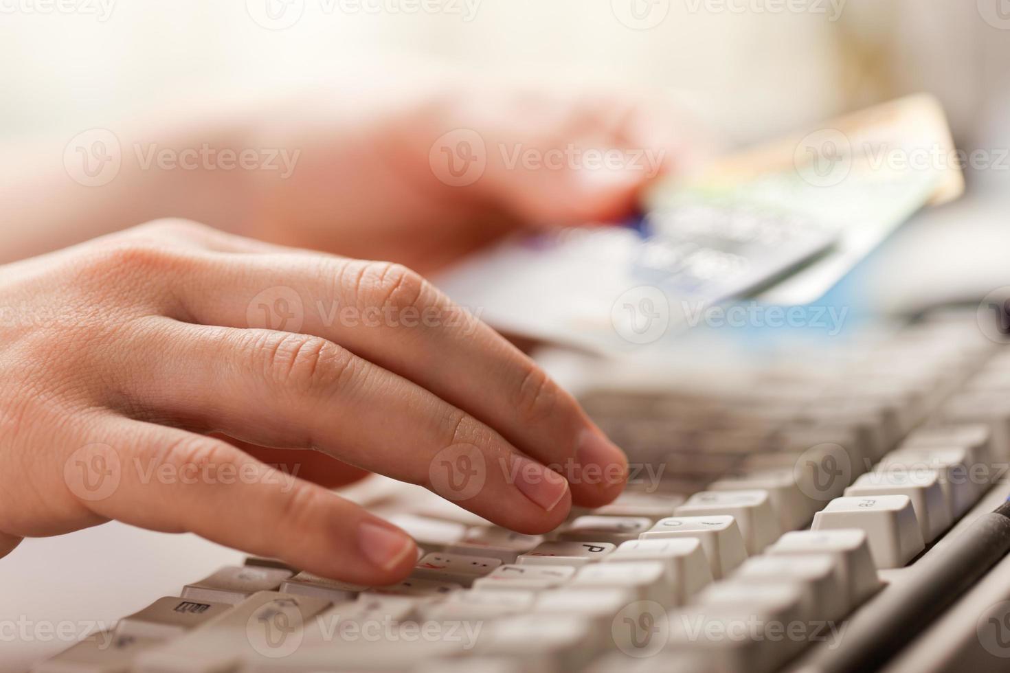 hand som håller kreditkort foto