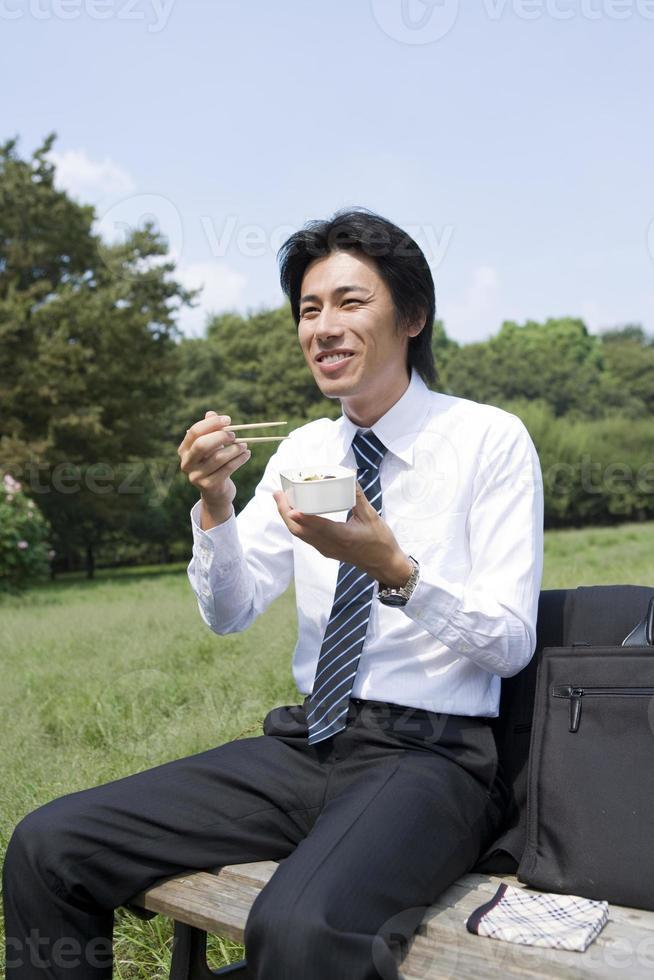 affärsman som äter boxad lunch foto
