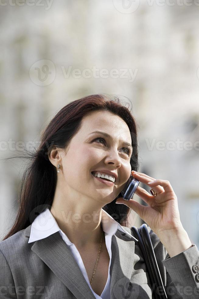 affärskvinna på mobiltelefon foto