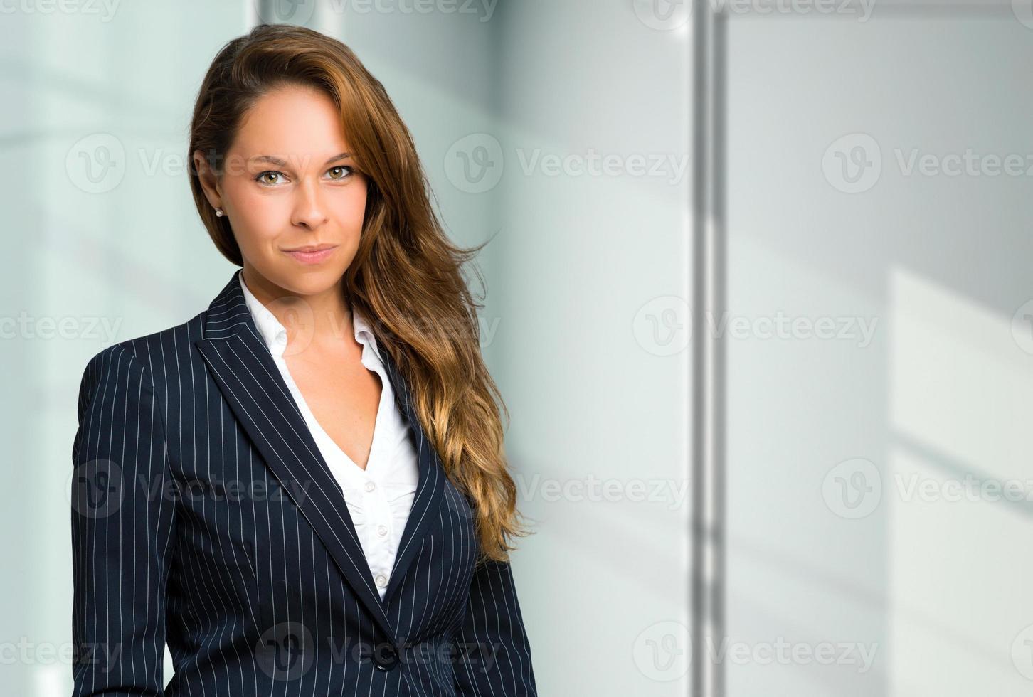 blond affärskvinnastående foto
