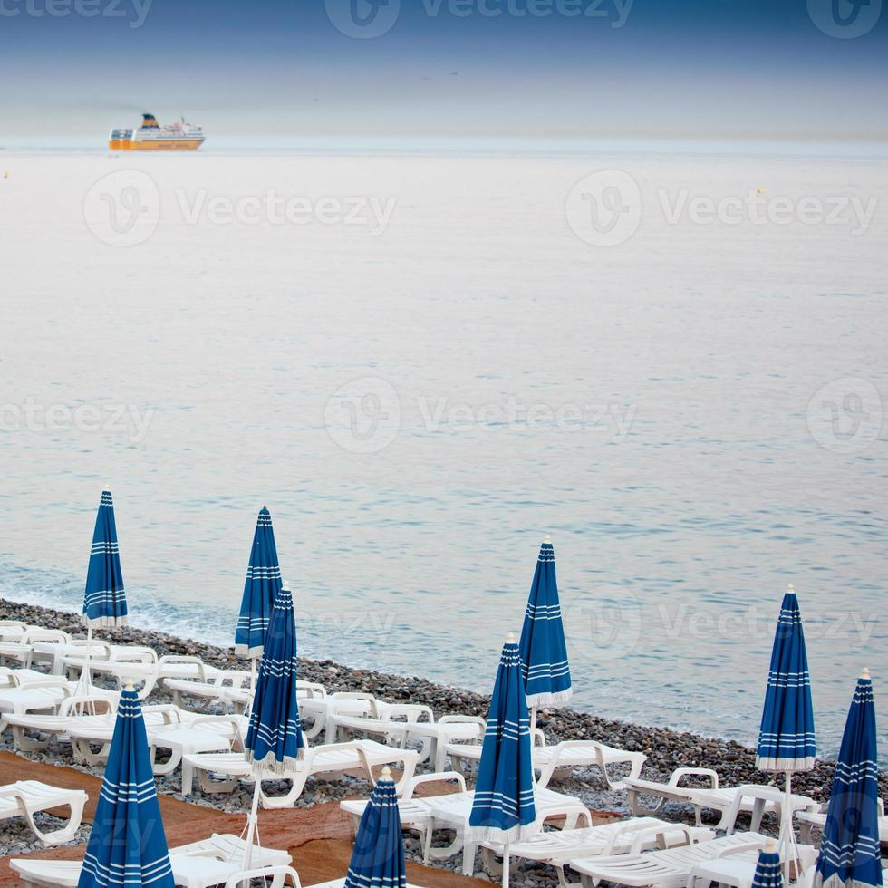 parasoller på en strand foto