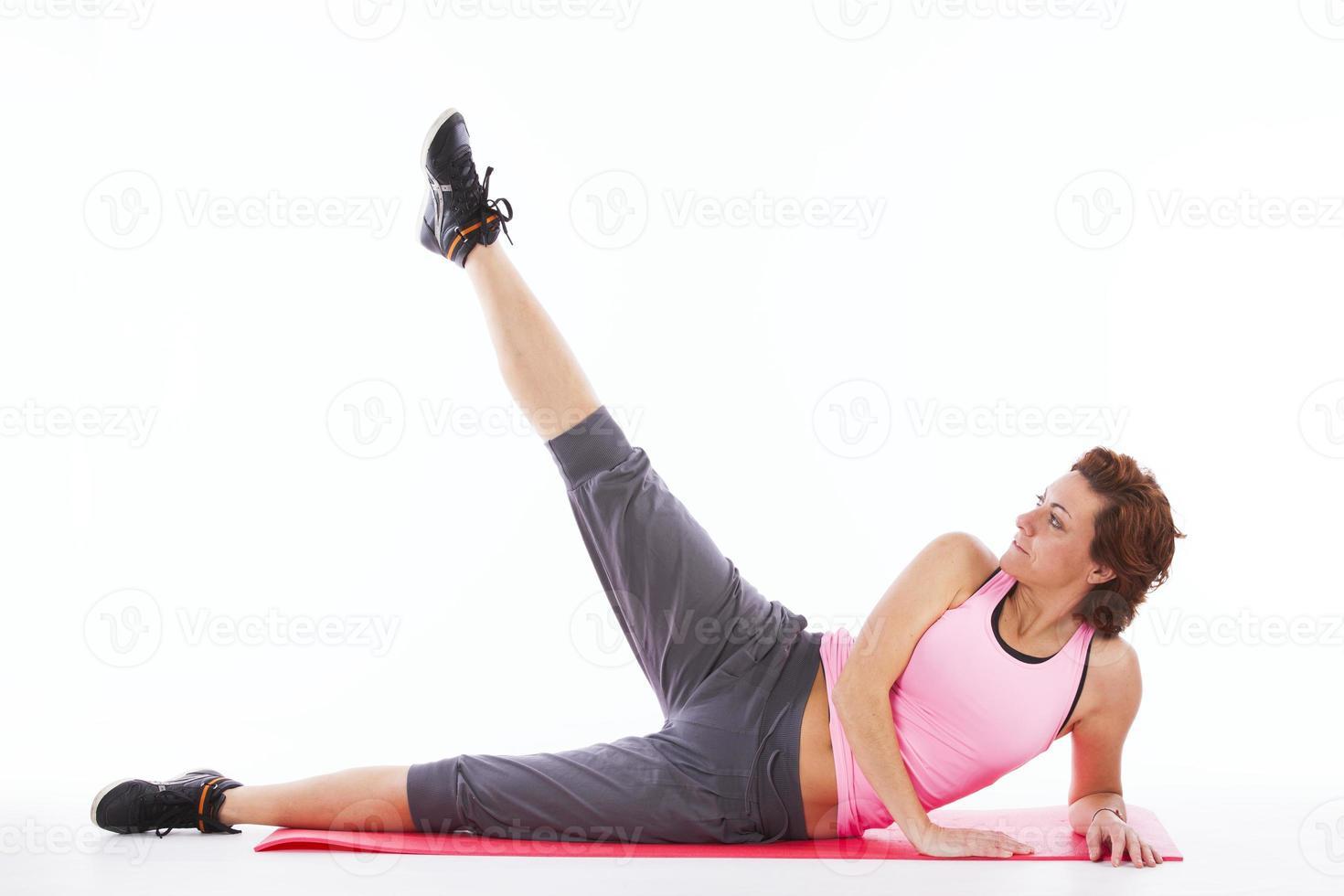 mogen kvinna som tränar foto