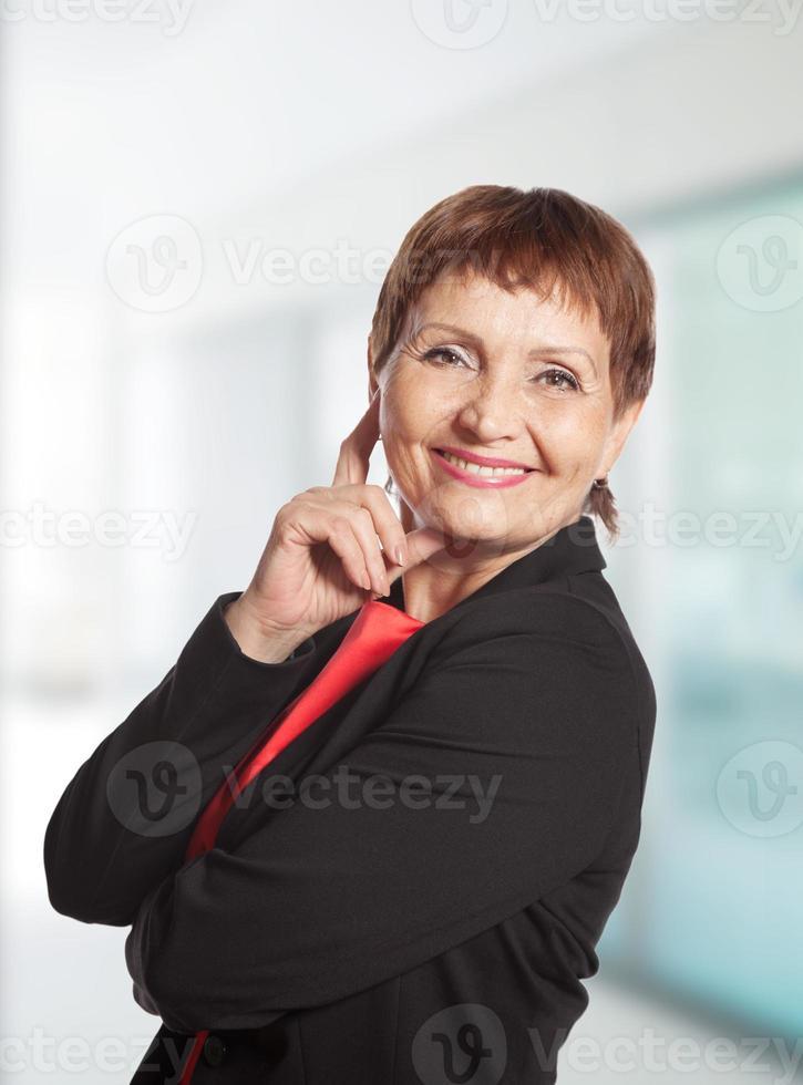 attraktiv mogen kvinna leende foto