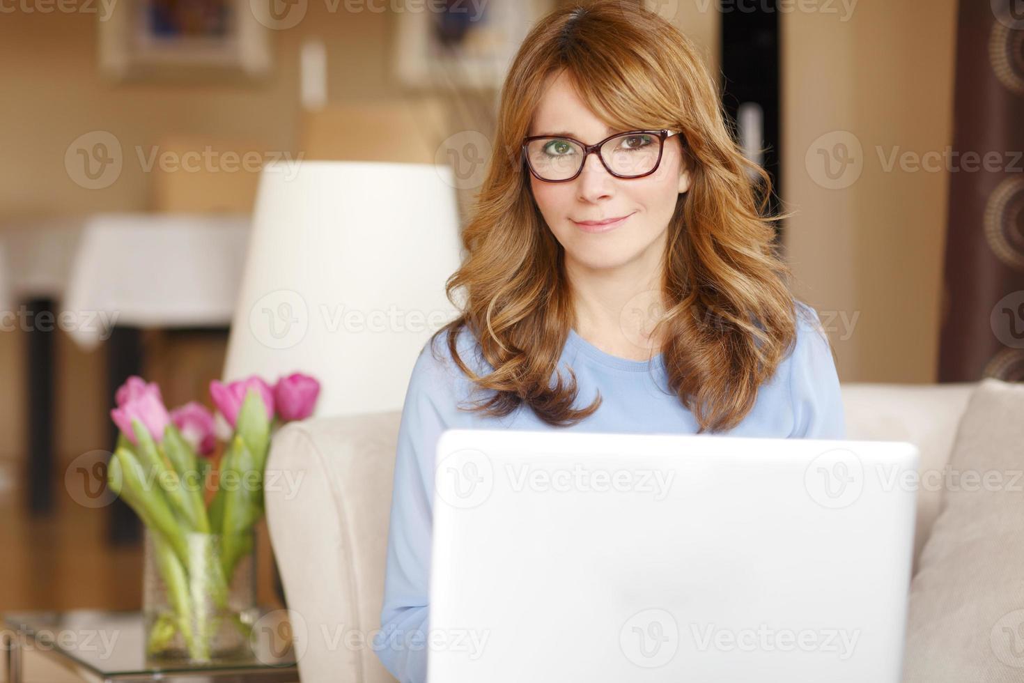 mogen affärskvinna som hemma arbetar foto
