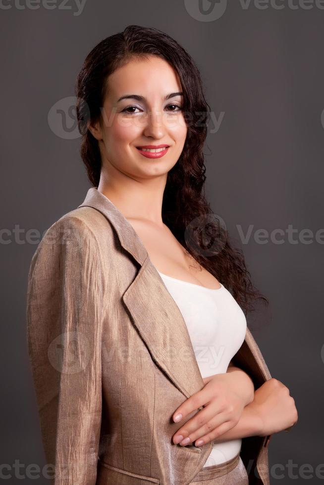 brunett i en lätt affärsdräkt foto