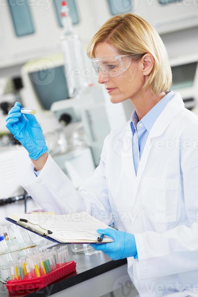 kvinnlig forskare som arbetar i laboratorium foto