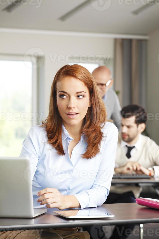 mogen affärskvinna på jobbet foto