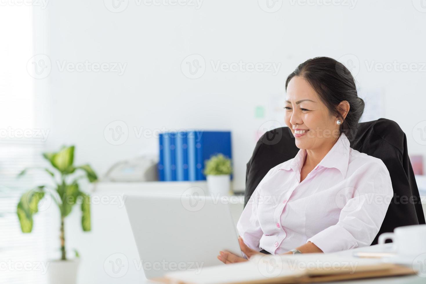 arbetar på bärbar dator foto
