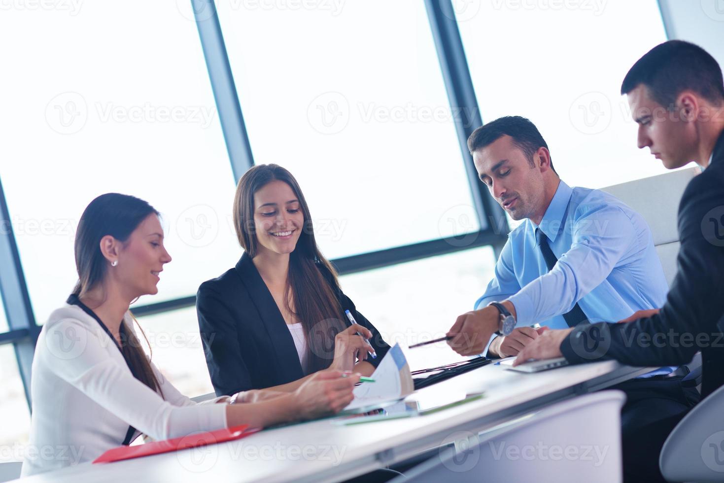 affärsmän i ett möte på kontoret foto
