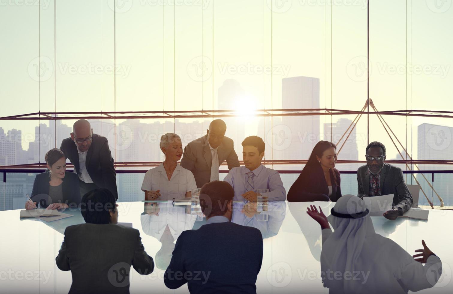 affärsmän som möter cityscape-teamkoncept foto
